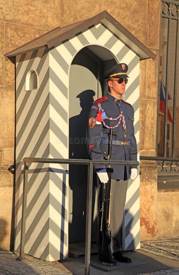 Schutz an Prag-Schloss lizenzfreie stockfotografie