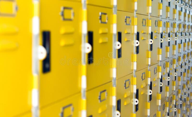 Schutz-, Sicherheits- und Speicherkonzept - Schule oder gelbes Meta- der Turnhalle stockbild