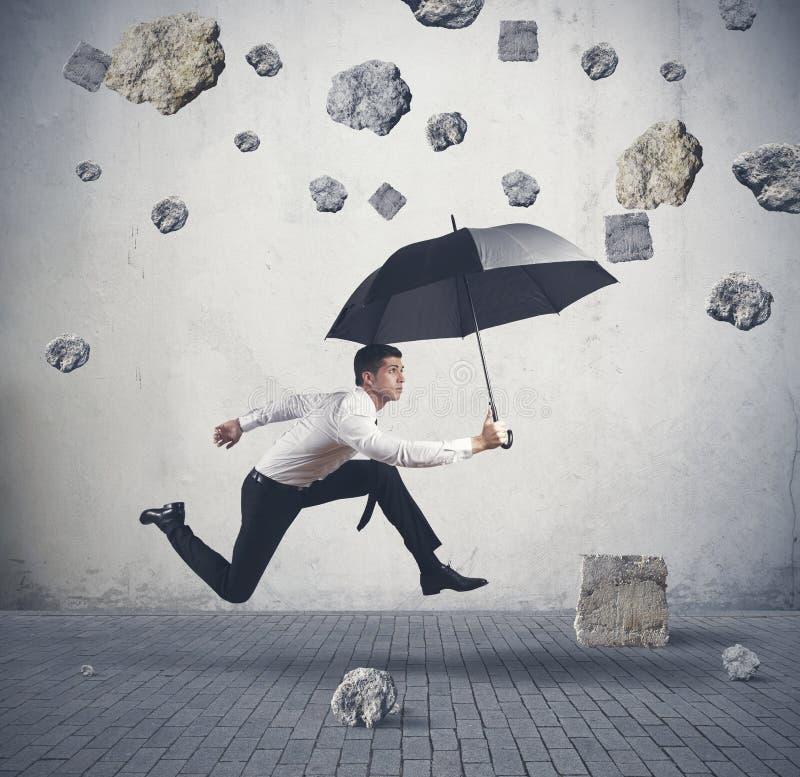 Schutz vom Sturm der Krise lizenzfreies stockfoto