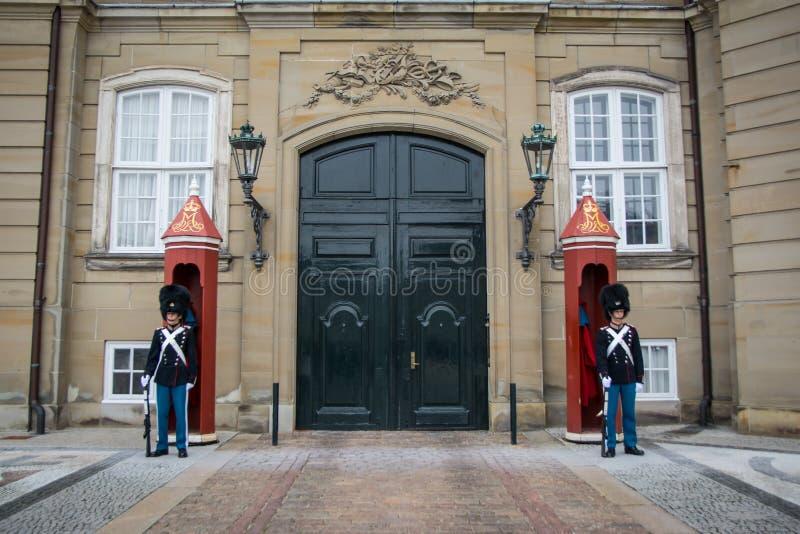 Schutz vor dem Königsfamiliewinterhaus Amalienborg kopenhagen dänemark lizenzfreie stockfotos