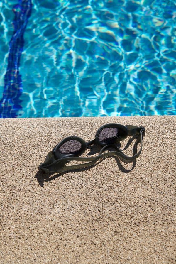 Schutzbrillen auf Kandare des Swimmingpools stockfotos