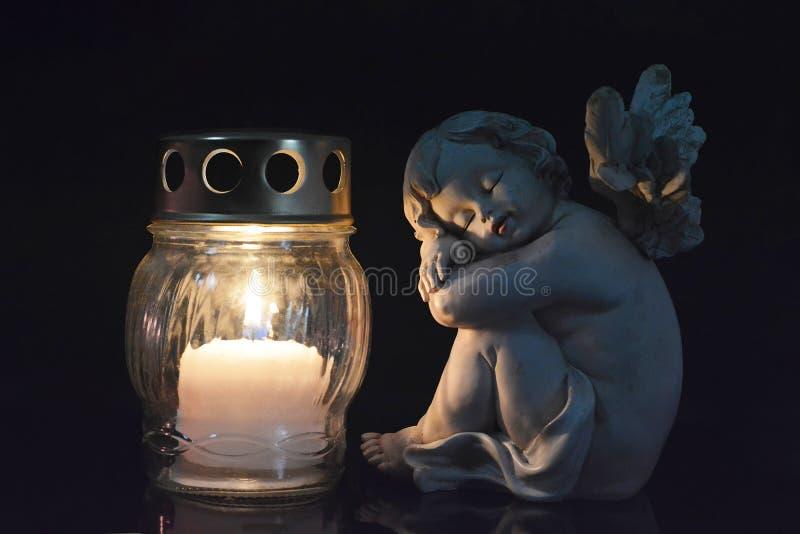 Schutzengel und brennende Kerze stockfoto