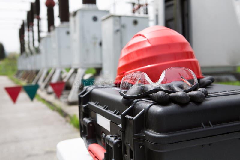 Schutzhelm, Sicherheitsgläser und Handschuhe auf Werkzeugkasten Sicherheitsgang-Ausrüstungsabschluß oben, Schutzausrüstung für di lizenzfreies stockfoto