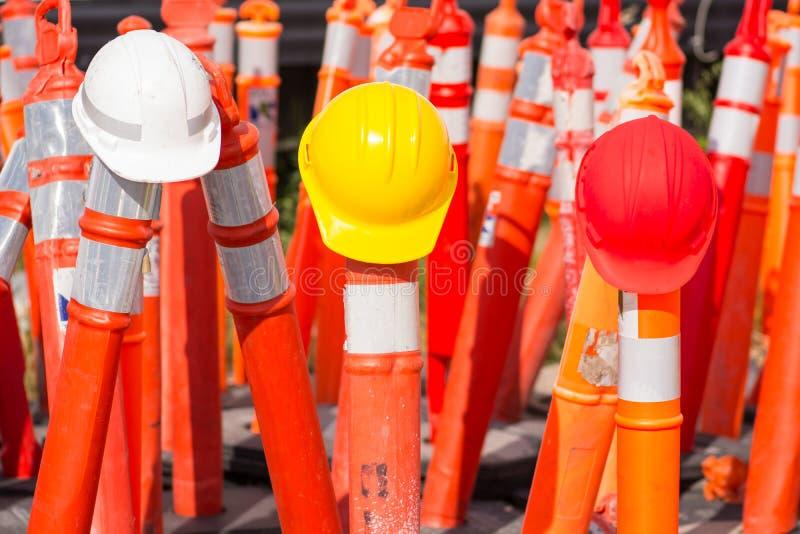 Schutzhelme auf Straßenlandstraßenbau lizenzfreie stockbilder