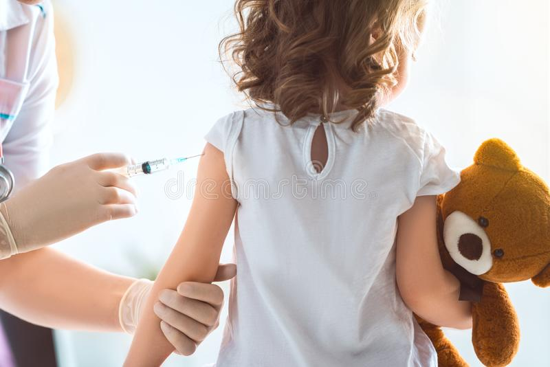 Schutzimpfung zum Kind lizenzfreies stockbild