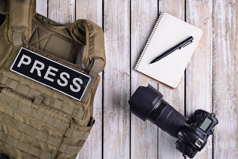 Schutzkleidung für Journalisten, Notizbuch und Kamera stockfoto