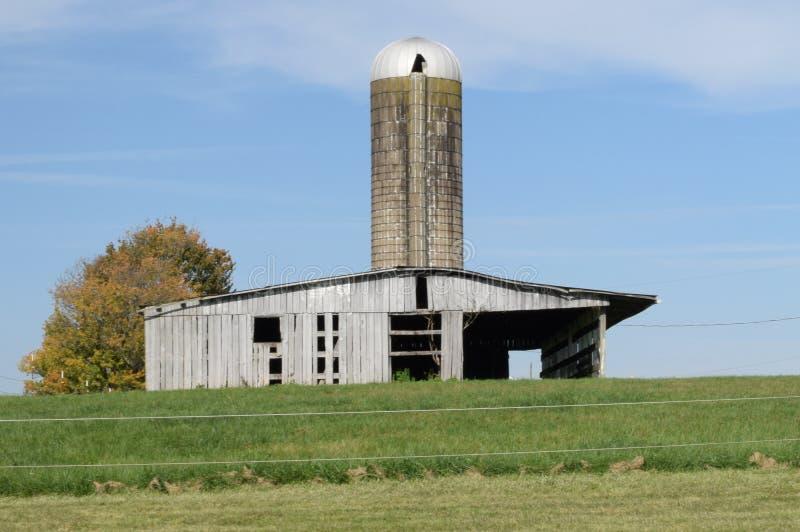 Schuur en silo in armstrongprovincie, 10 mijlen buiten stad royalty-vrije stock foto's