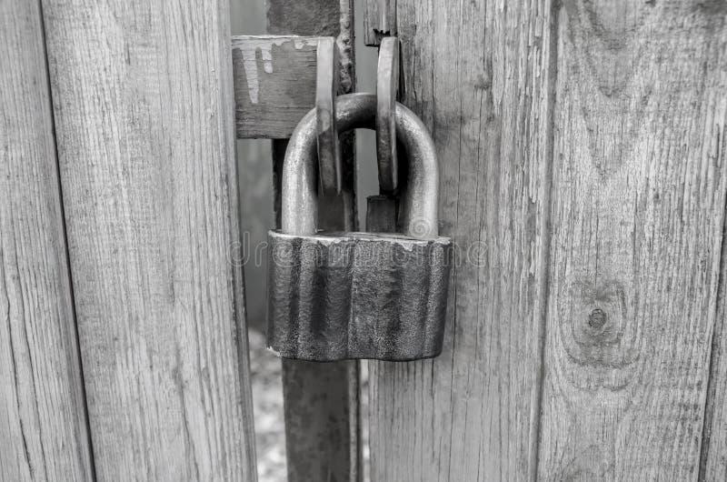 Schuurslot op de oude, houten poorten stock foto's