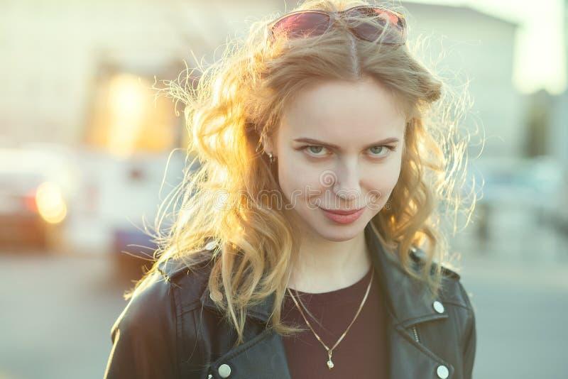 Schuw blond meisje royalty-vrije stock foto's