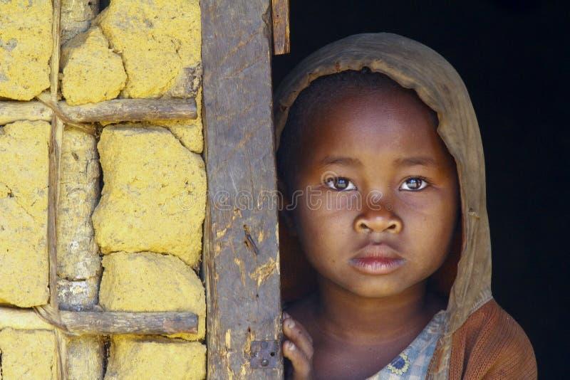 Schuw en slecht Afrikaans meisje met headkerchief stock foto