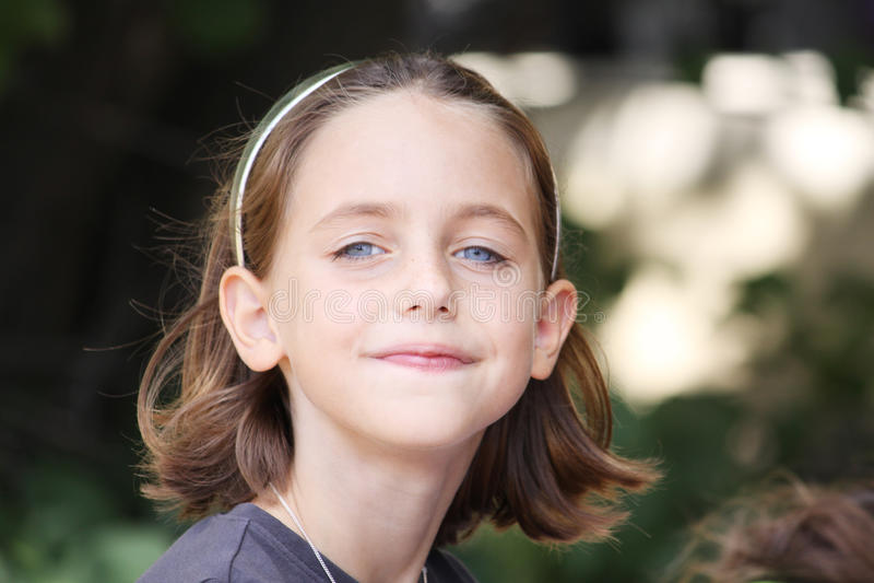 Schuw glimlachend kind stock fotografie