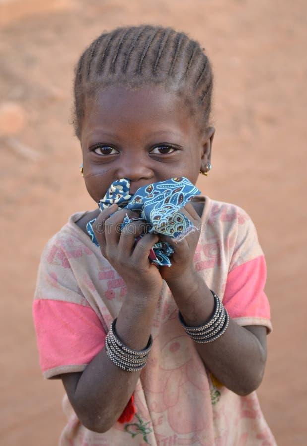 Schuw kind die camera, Burkina Faso bekijken stock afbeelding