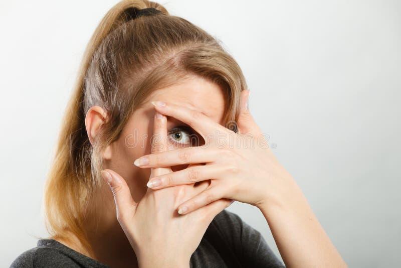 Schuw meisje die haar gezicht verbergen royalty-vrije stock afbeelding