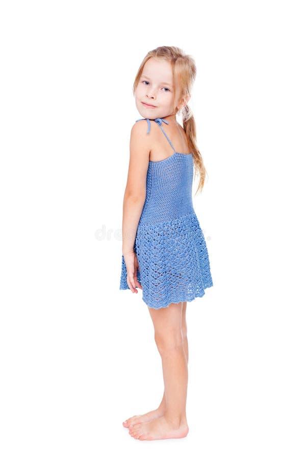 Schuw mooi meisje in blauwe kleding royalty-vrije stock afbeelding