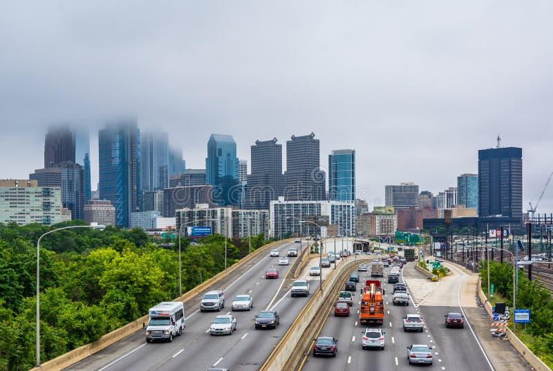 Schuylkill centrum i autostrady miasta linia horyzontu w mgle, w Filadelfia, Pennsylwania zdjęcia stock