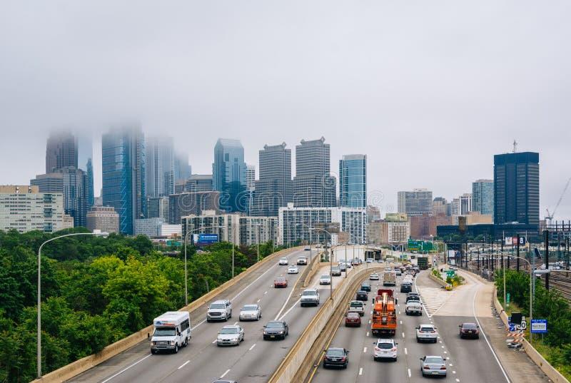 Schuylkill centrum i autostrady miasta linia horyzontu w mgle, w Filadelfia, Pennsylwania zdjęcie stock