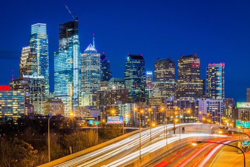 Schuylkill linia horyzontu przy noc? w Filadelfia i autostrada, Pennsylwania zdjęcia royalty free