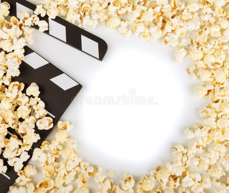 Schwärzen Sie mit Weißbuchstabe-Parteipopkornmaschinen, Los Popcorn auf Weiß lizenzfreie stockbilder