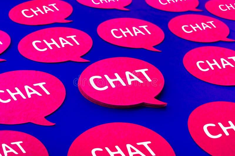 Schwätzchen, Spracheblasenikonen auf blauem Farbhintergrund Unterhaltung und Mitteilung für Social Media-Konzepte lizenzfreie stockfotos