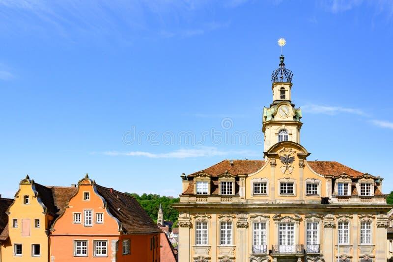Schwabisch Hall - stadshus och färgrik forntida gavel inhyser - tidigare Franciscan kloster arkivbilder