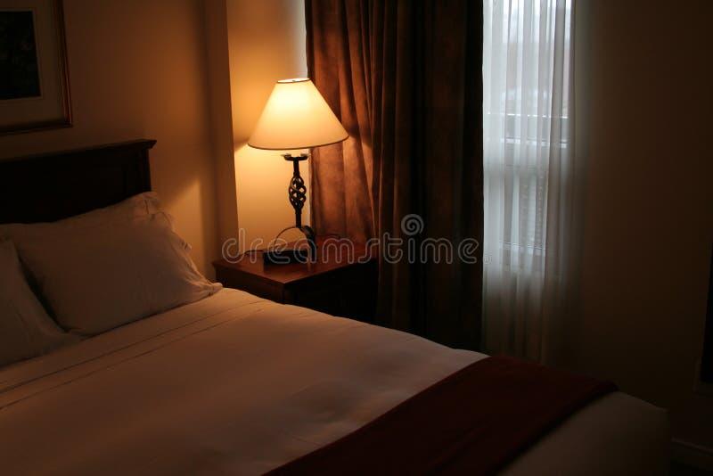 Schwach Lit-Hotelzimmer stockfotos