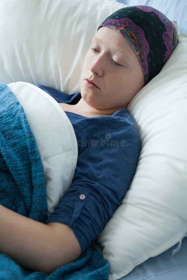 Schwache Frau mit Krebs lizenzfreie stockfotografie
