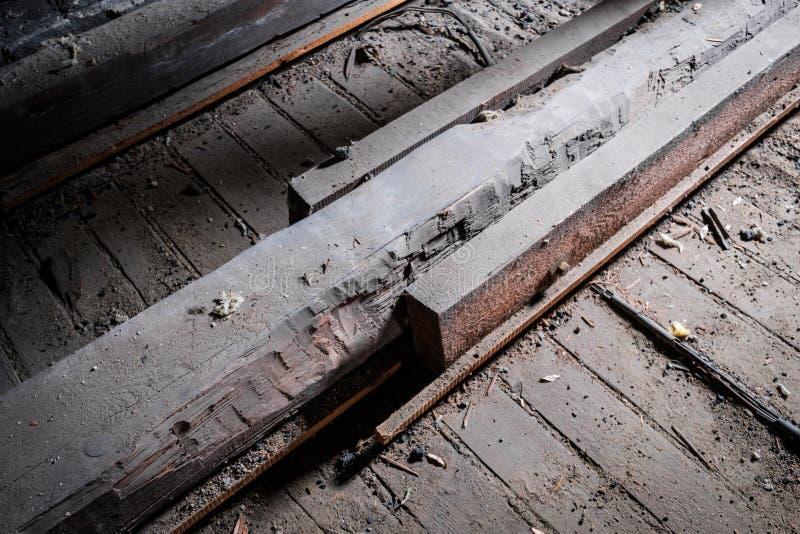 Schwacher Bretterbodenstrahl im alten Dachboden/im Dachboden mit Stützbau lizenzfreies stockfoto