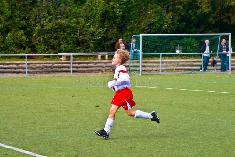 Kinder von BSC SChwalbach Fußball spielend stockfoto