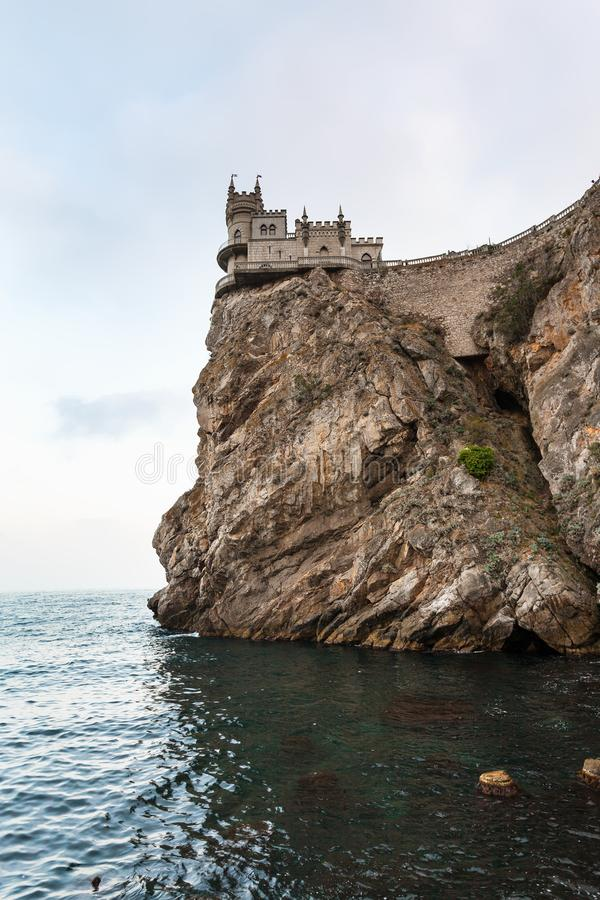 Schwalben-Nest-Schloss über Schwarzem Meer am Abend stockfotos