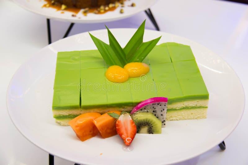 Schwamm-Kuchen überlagert in Rich Pandan Kaya stockfoto