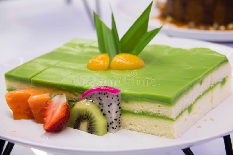 Schwamm-Kuchen überlagert in Rich Pandan Kaya stockbild