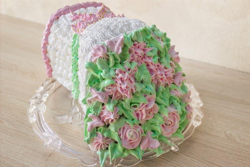 Schwammkuchen in Form eines Blumenstraußes von Blumen lizenzfreie stockfotografie