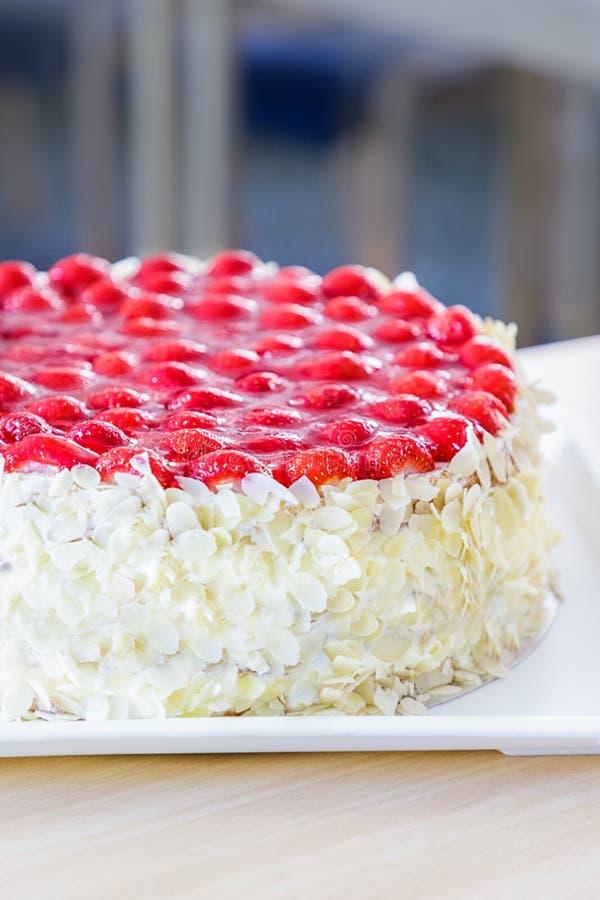 Schwammkuchen mit Erdbeeren, Mandeln und Creme stockfoto