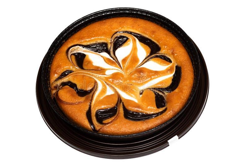 Schwammkuchen mit Schokolade, Isolat auf weißem Hintergrund lizenzfreie stockfotos