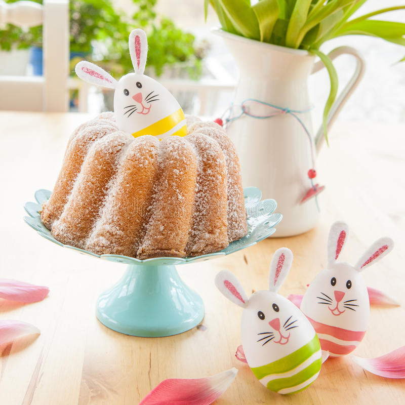 Schwammkuchen und Ostereier lizenzfreie stockfotografie