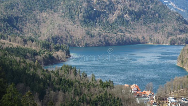 Schwangau湖和森林山 库存照片