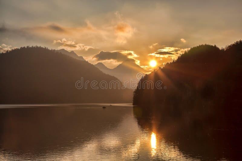 Schwangau湖在反对日落的巴伐利亚阿尔卑斯,德国 库存照片