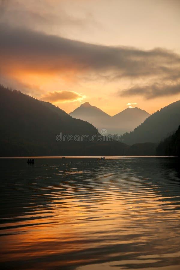 Schwangau湖在反对日落的巴伐利亚阿尔卑斯,德国 免版税库存照片