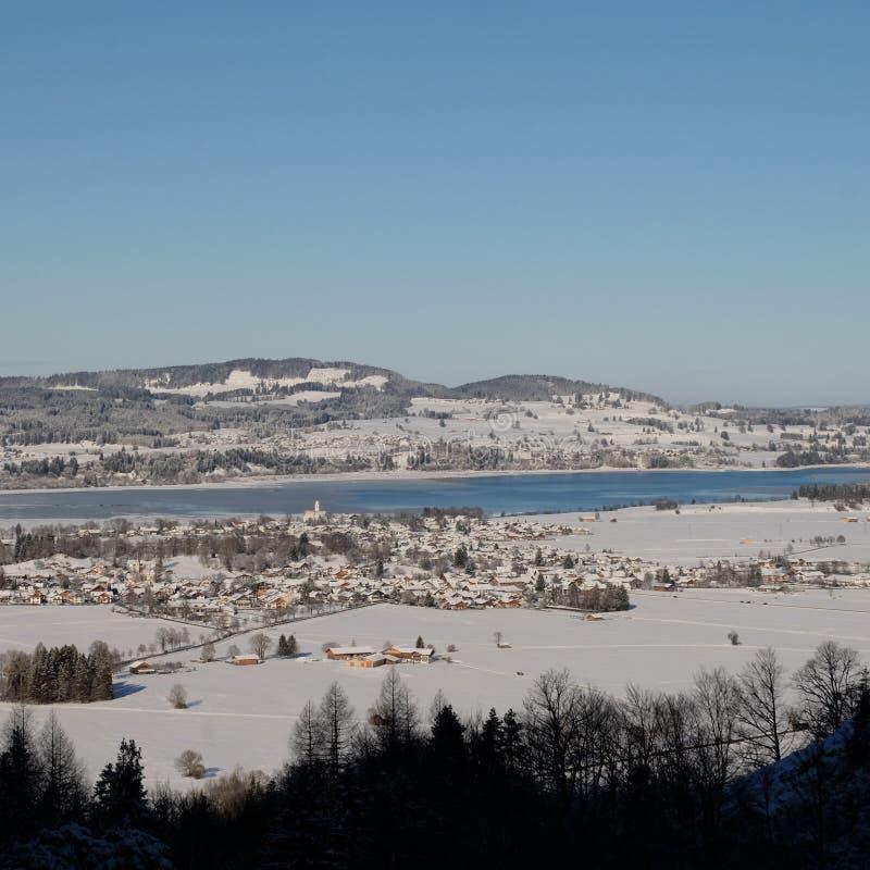 Schwangau una ciudad alemana durante invierno fotografía de archivo