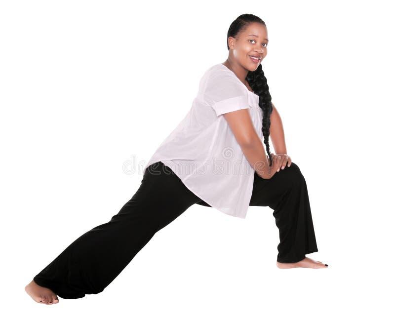 Schwangere Afrikanerin, die Yoga tut stockfoto