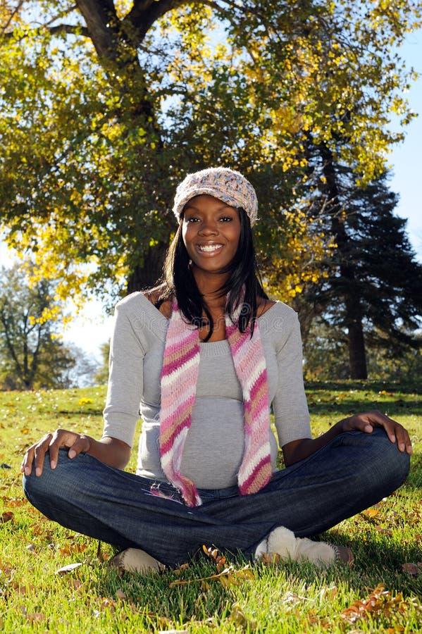 Schwangere Afroamerikaner-Frau im Freien lizenzfreies stockbild