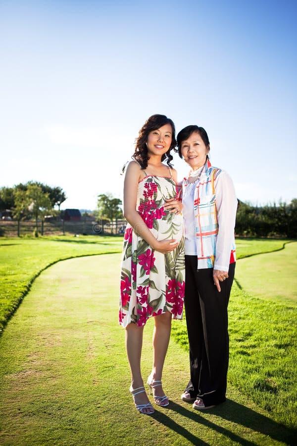 Schwangere asiatische Frau lizenzfreies stockbild