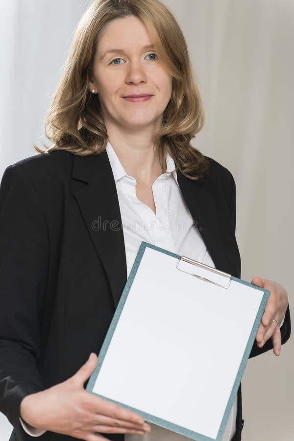 Schwangere Geschäftsfrau mit Ordner stockfoto