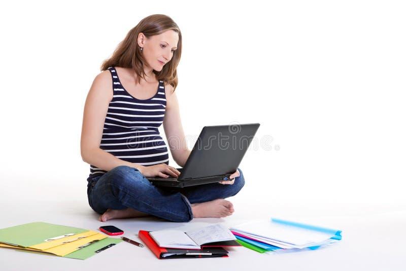 Schwangere Frau - Arbeit vom Haus lizenzfreie stockfotografie
