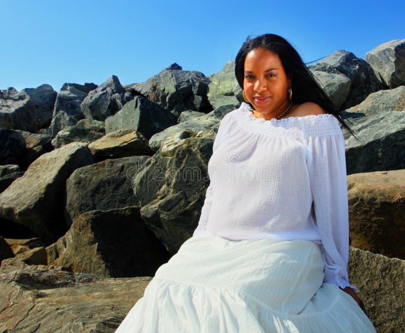 Schwangere Frau auf den Felsen lizenzfreies stockbild