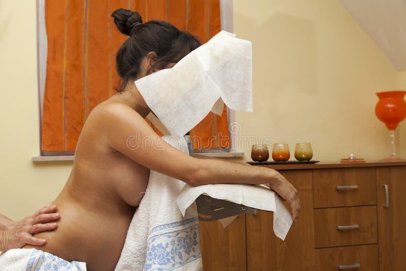 Schwangere Frau an der pränatalen Massage lizenzfreie stockfotos