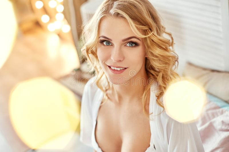 Schwangere Frau in der Unterwäsche auf meinem Bett Blondes Mädchen bereitet vor sich, eine Mutter zu werden Geburt, ein Frau ` s  stockfotografie