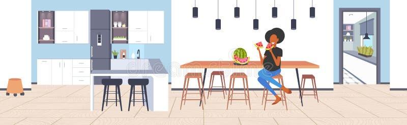 Schwangere Frau, die das Afroamerikanermädchen der frischen Frucht der Wassermelone hat die Spaßschwangerschaft und Mutterschafts stock abbildung