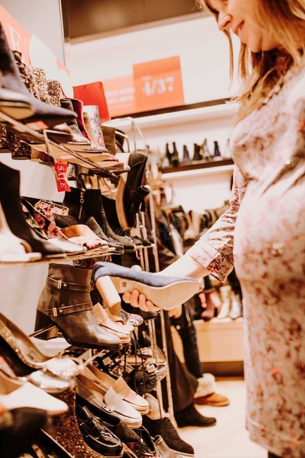 Schwangere Frau, die das Einkaufen tut lizenzfreies stockbild