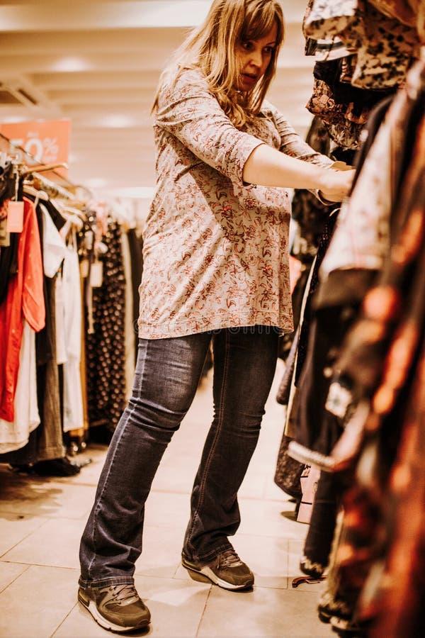 Schwangere Frau, die das Einkaufen tut lizenzfreie stockfotografie